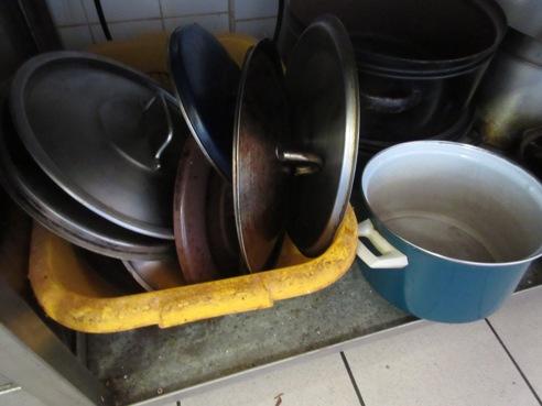15-09-17 úložná plocha pod prac. stolem v kuchyni, hospoda Obecní dům, Dříteč