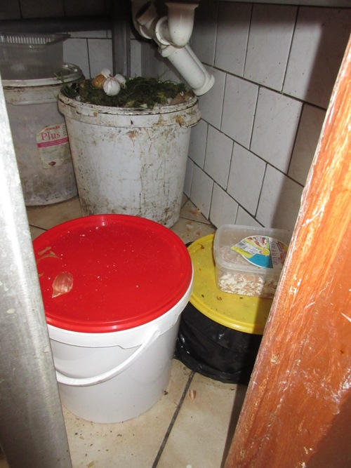 15-09-23 úsek mytí nádobí v kuchyni, hospoda Staré Ždánice