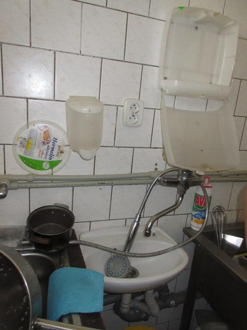 15-09-23 umyvadlo v kuchyni, hospoda Staré Ždánice