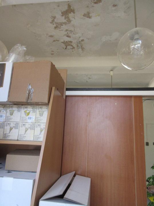 PA poškozený strop ve skladu potravin