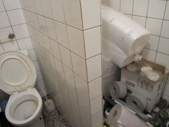 menuboxy ve sprše vedle WC