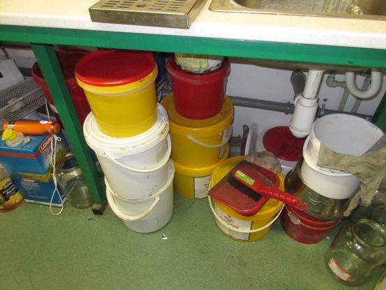 pc přípravna zmrzliny - nepořádek, špína pod pracovní plochou