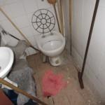 17 nečistá podlaha, výlevka i úklidové prostředky v úklidové komoře