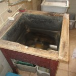 22 poškozený dřez a nečistoty v hrubé přípravně zeleniny a brambor