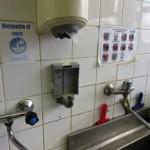 prostředky pro hygienické mytí a osoušení rukou u umyvadla v kuchyni